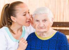 Bejaarde met verzorger Stock Foto