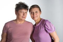 Bejaarde met volwassen dochter stock foto