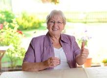 Bejaarde met waterglas royalty-vrije stock foto's