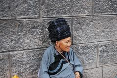 Bejaarde Miao-vrouwenzitting buiten Stock Fotografie