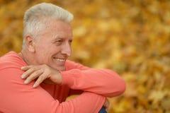Bejaarde op de herfstachtergrond Royalty-vrije Stock Fotografie