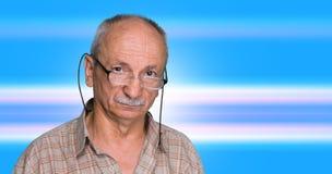 Bejaarde op een blauwe abstracte achtergrond Royalty-vrije Stock Foto