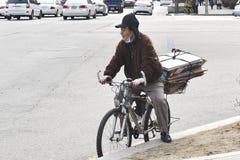 Bejaarde op een fiets Royalty-vrije Stock Foto's