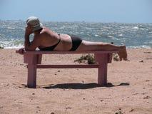 Bejaarde op een strand royalty-vrije stock afbeeldingen