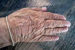Bejaarde oude damehand Stock Foto