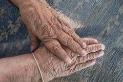 Bejaarde oude damehanden Royalty-vrije Stock Fotografie