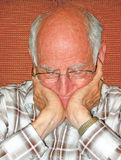 Bejaarde in overpeinzing. Stock Afbeelding