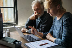 Bejaarde paar planning op levensverzekeringsplan stock foto
