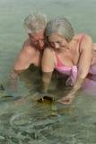 Bejaarde paar voedende vissen Royalty-vrije Stock Foto's