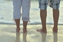 Bejaarde paarrust bij tropische strand dichte omhooggaand royalty-vrije stock fotografie