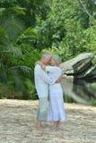 Bejaarde paarrust bij tropische toevlucht Stock Fotografie