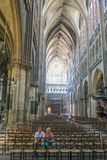 Bejaarde paarzitting stil in kerk in Metz, Frankrijk royalty-vrije stock afbeelding