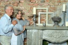 Bejaarde paarzitting in uitstekend binnenland Royalty-vrije Stock Afbeeldingen