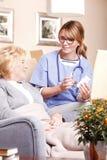 Bejaarde patiënt en verzorger royalty-vrije stock afbeeldingen