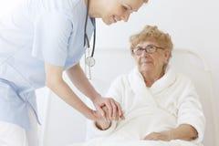 Bejaarde patiënt in robe royalty-vrije stock afbeelding
