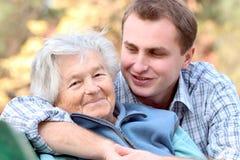 Bejaarde persoon met kleinzoon Royalty-vrije Stock Foto's