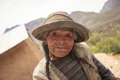 Bejaarde Peruviaanse vrouw, in een ver dorp van Peru Royalty-vrije Stock Afbeelding