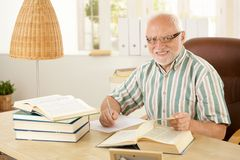 Bejaarde professor die in zijn studie werken Royalty-vrije Stock Afbeelding