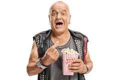 Bejaarde punker die popcorn en het lachen hebben Stock Foto's