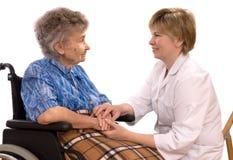 Bejaarde in rolstoel stock afbeeldingen