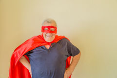 Bejaarde superhero bevindende handen op heupen royalty-vrije stock afbeeldingen