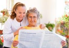 Bejaarde thuiszorg Stock Foto's