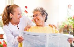 Bejaarde thuiszorg stock foto