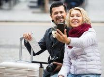 Bejaarde toeristen die selfie nemen Stock Afbeeldingen
