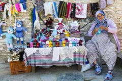 Bejaarde verkopende poppen en het breien in het dorp van Sirince, Selcuk, Turkije Stock Afbeeldingen
