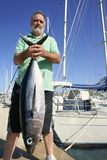 Bejaarde visser met Albacore tonijnvangst stock afbeelding
