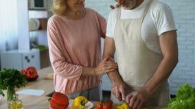 Bejaarde vrouw die echtgenoot, familie het koken traditie, tedere relaties, liefde koesteren stock videobeelden
