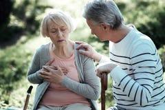 Bejaarde vrouwelijke persoon die pijn hebben royalty-vrije stock afbeeldingen