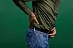Bejaarde wat betreft zijn rug osteoartritis stock afbeeldingen