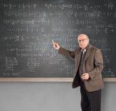 Bejaarde wiskundeleraar stock afbeelding