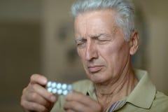 Bejaarde zieke mens Stock Fotografie