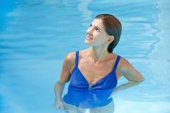 Bejaarde in zwembad stock afbeeldingen