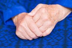 Bejaardehanden stock foto