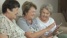 Bejaarden die digitale tabletten thuis houden stock videobeelden