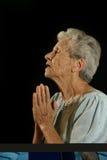 Bejaarden die Kaukasische Vrouw bidden royalty-vrije stock foto's
