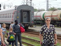 Bejaarden die op haar familie bij een Russische trainstation wachten Stock Afbeelding