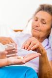 Bejaarden die Pillen nemen Royalty-vrije Stock Afbeelding