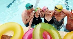 Bejaarden die zich in zwembad bevinden stock video