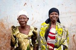 Bejaarden in een dorp in Oeganda stock foto's
