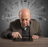 Bejaarden en technologie stock afbeelding