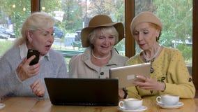 Bejaarden met gadgets stock videobeelden