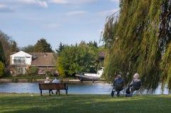 Bejaardepaar het ontspannen op bank die van pensionering genieten Royalty-vrije Stock Afbeelding