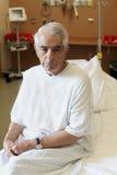 Bejaardezitting op het Ziekenhuisbed Stock Foto