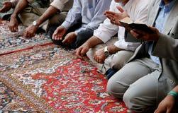 Bejammern der Moslems in der Moschee lizenzfreies stockbild