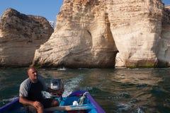 BEJRUT LIBAN, SIERPIEŃ, - 14, 2014: Niewiadomy mężczyzna na łodzi w morzu śródziemnomorskim blisko sławnego gołębia Kołysa fotografia royalty free
