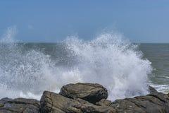 Bekal fort - przypływy wzrasta w górę skał przeciw zdjęcia royalty free
